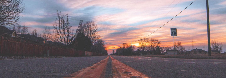 Vue d'une chaussée au coucher de soleil