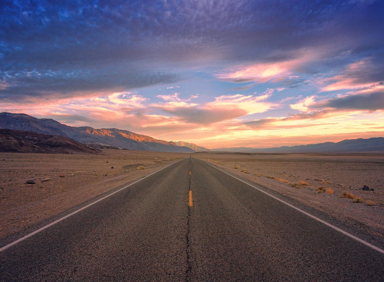 Route au milieu du désert à l'aurore